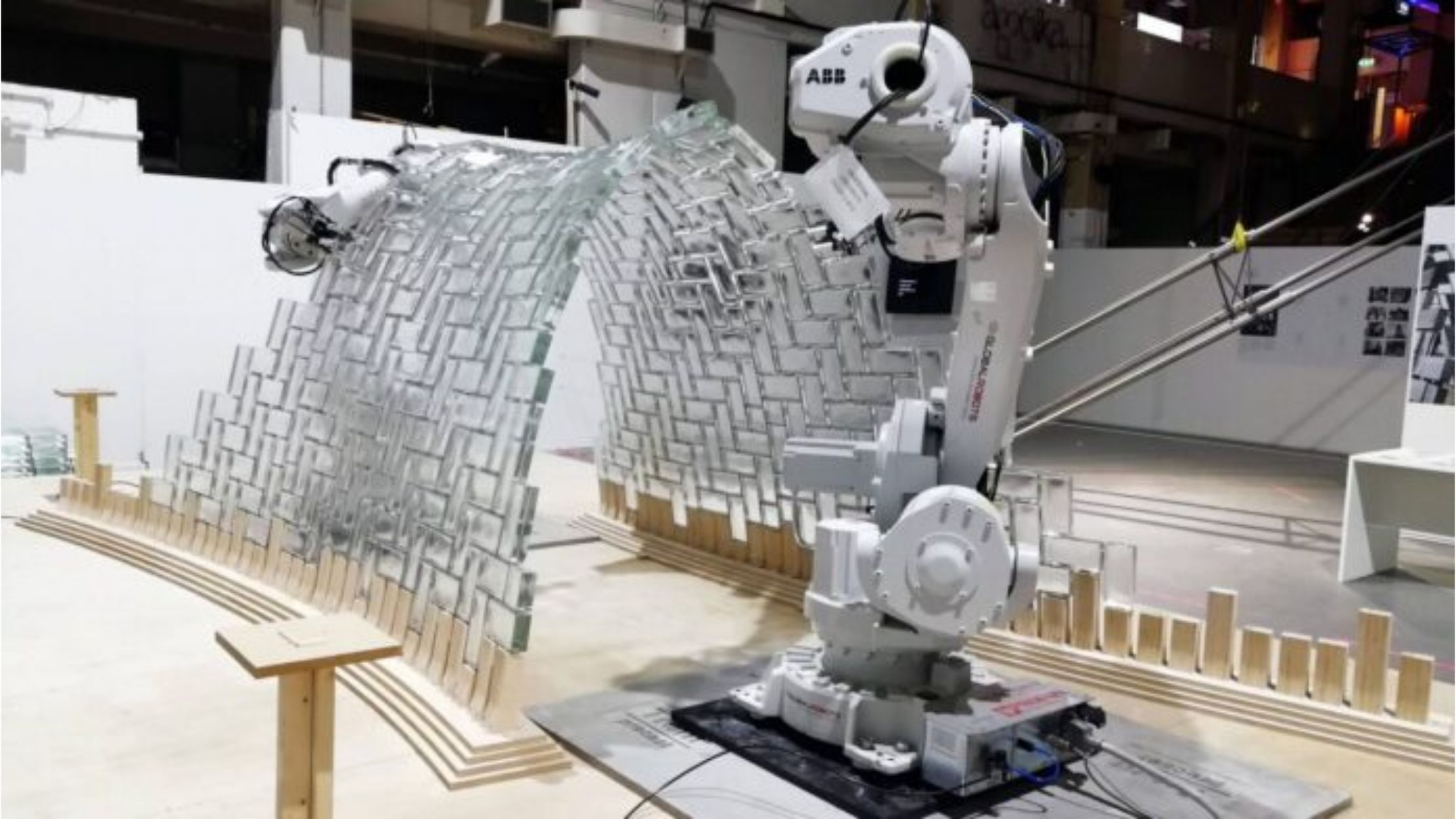 LightVault: L'opera d'arte realizzata da 2 robot